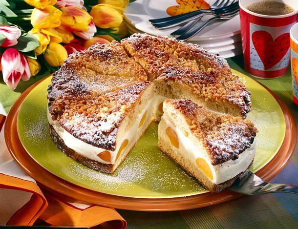 Bienenstich-Torte mit Joghurt-Vanille-Creme und Aprikosen Rezept