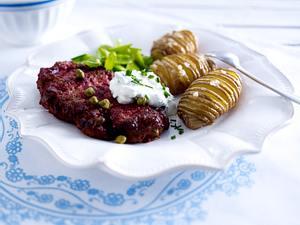 Biff a la Lindström mit schwedischen Kartoffeln und Kräuterquark Rezept