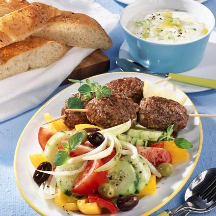 Bifteki auf Bauernsalat mit Fladenbrot und Tsaziki Rezept