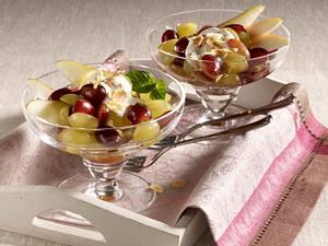 Birnen-Trauben-Salat mit Haselnussblättchen und Zimt-Joghurt-Dip Rezept