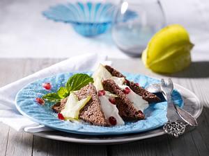 Biskuit mit Vanillecreme und Granatapfel und Karambole Rezept
