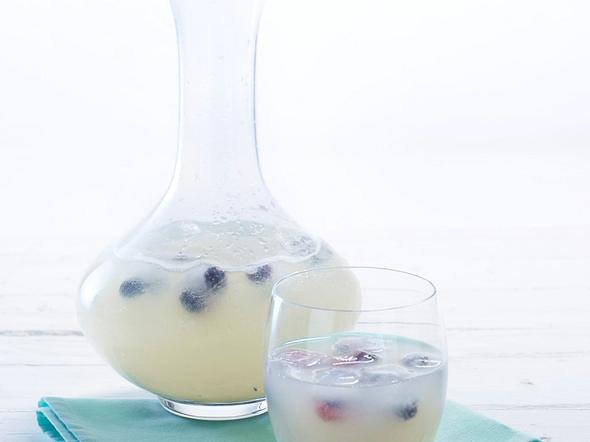 Bitter-Lemon mit Blaubeer-Eiswürfel Rezept