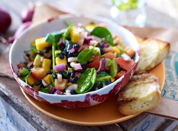 Black eyed Peas auf Avocado-Mango-Salat Rezept