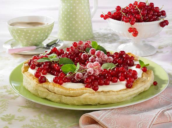 Blätterteig-Johannisbeer-Tarte mit Schmandcreme Rezept