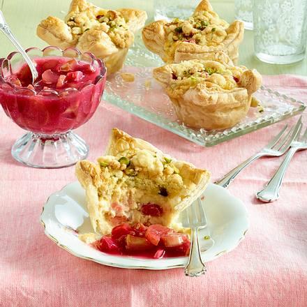 Blätterteig-Pudding-Muffins mit Rhabarber und Pistazien-Streuseln Rezept