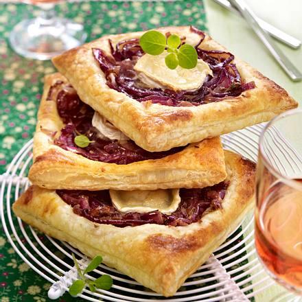 Blätterteig-Tartes mit roten Zwiebeln und Ziegenkäse Rezept