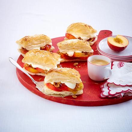 Blätterteigschnitten mit Pfirsichen und Creme fraiche-Sahne Rezept