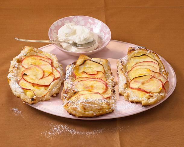 Blätterteigstreifen mit Apfelringen Rezept