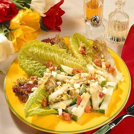 Blatt- und Gurkensalat mit Eier-Speck-Vinaigrette Rezept
