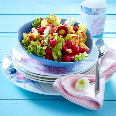 Blattsalat mit Beeren und Pinienkernen Rezept