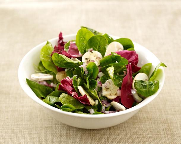 Blattsalat mit Champignons und Zitronendessing Rezept
