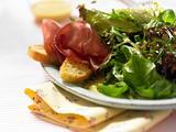 Blattsalat mit Crostini Rezept