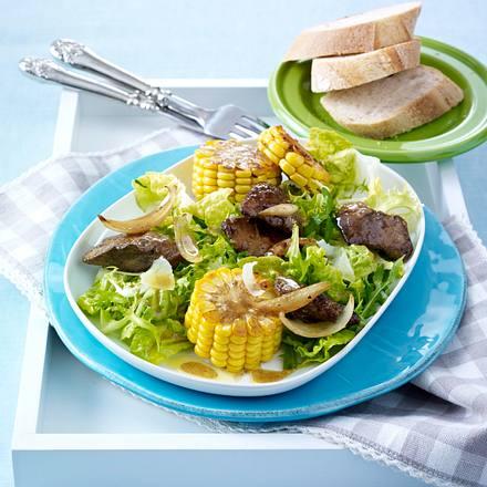 Blattsalat mit Hähnchenleber, Maiskolben, Zwiebeln in Balsamico-Marinade mit Parmesanhobel Rezept