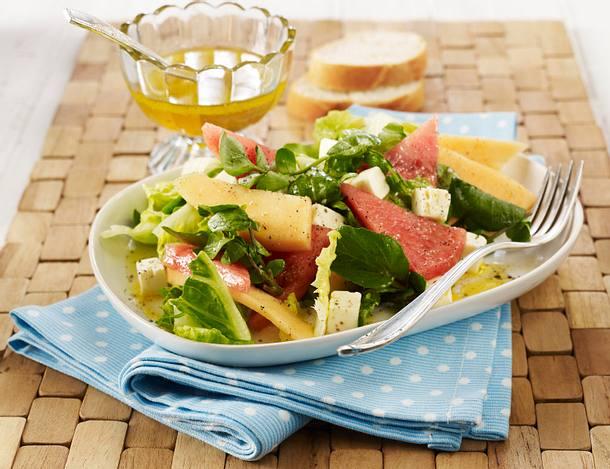 Blattsalat mit Melone, Schafskäse und Honig-Vinaigrette Rezept
