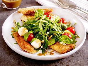 Blattsalat mit Putensticks und Tomate-Mozzarella-Spießen