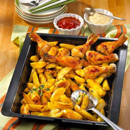 Blechkartoffeln mit Hähnchenkeulen Rezept