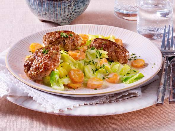 Blitz-Buletten auf Möhren-Spitzkohl-Gemüse Rezept