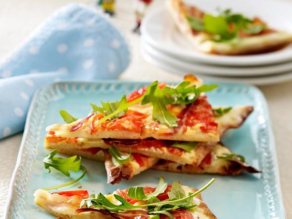 Blitzflammkuchen mit Speck, Tomaten und Rauke (Fußball-Snacks) Rezept