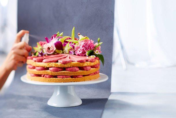 Blütenbekränzter Kirsch-Naked-Cake Rezept