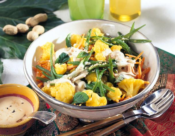 Blumenkohl-Möhrensalat mit Erdnuss-Joghurt-Soße Rezept