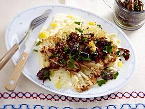 Blumenkohlsteaks mit Kartoffelsoße und Olivenrelish Rezept