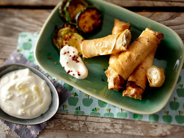Böregi (Filo-Feta-Zigarren) mit Zucchini und Joghurt Rezept