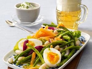 Bohnensalat mit halbierten Eiern, geraspelten Möhren und Schnittlauchdip Rezept