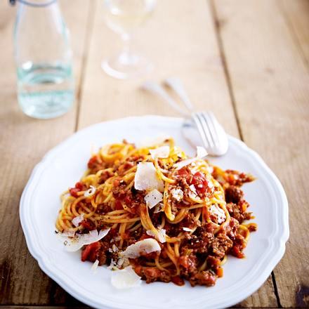 Bolognese vom Kalb mit Spaghetti und Parmesan Rezept