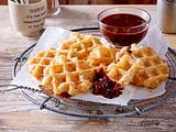 Brandteig-Waffeln mit Apfelstückchen und Zimtzucker Rezept