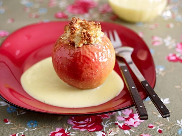 Bratapfel mit Marzipan-Nussmischung und Vanillesoße Rezept