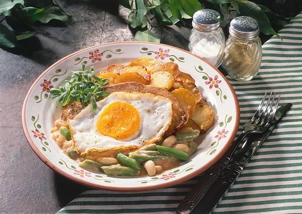 Bratkartoffeln mit Gemüse und Spiegelei (Kutscherpfanne) Rezept