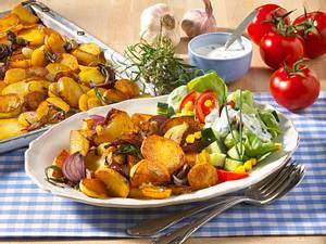 Bratkartoffeln vom Blech mit Salat Rezept