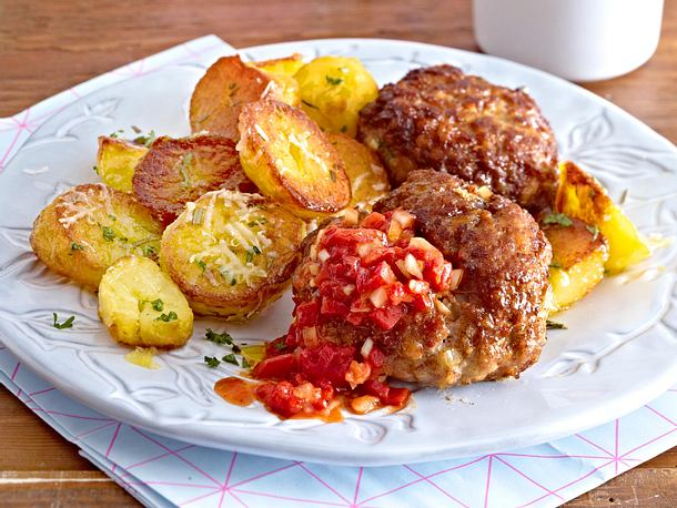Bratkartoffeln vom Blech zu Frikadellen Rezept