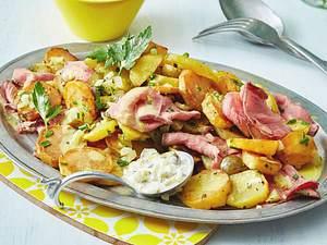 Bratkartoffelsalat mit Roastbeef und Remoulade Rezept