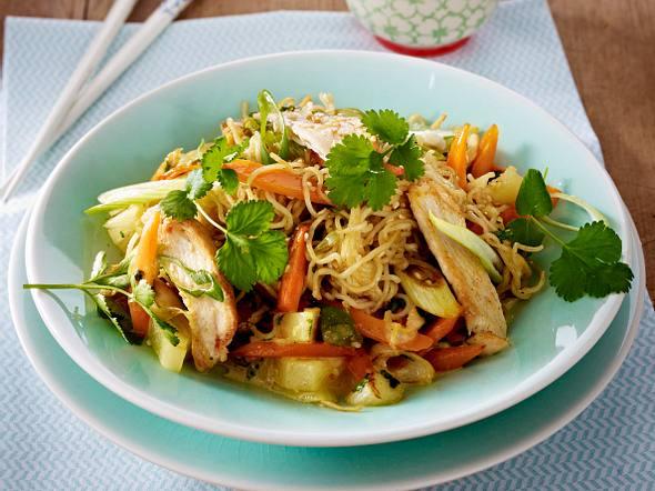 Bratnudeln mit Hähnchenfilet in Sesam-Curry-Soße Rezept