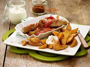 Bratwurst mit Paprikasoße und Kartoffelecken Rezept