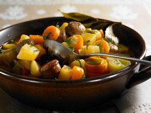Bratwurst-Stew mit Möhren, Steckrübe und Porree Rezept