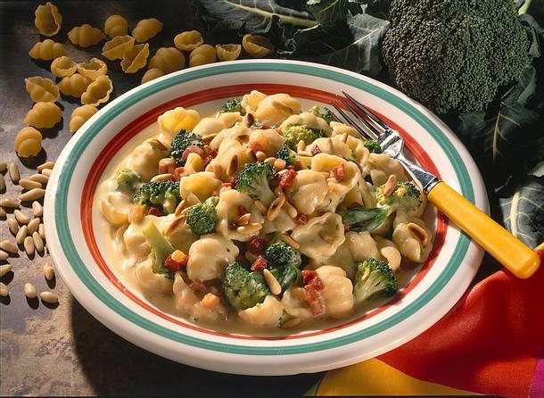 Broccoli-Nudeln mit Käsesoße, Pinienkernen und Speck Rezept