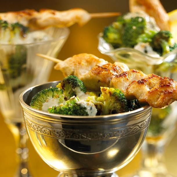 Broccoli-Salat mit Saté-Spießen Rezept