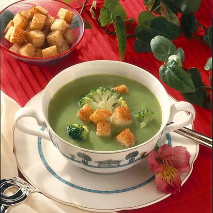 Broccolisuppe mit Knoblauch-Croûtons Rezept