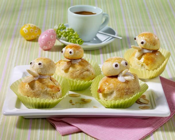 Brötchenküken mit Marzipan und Zuckerguss Rezept