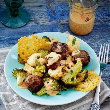 Brokkoli-Blumenkohl-Meatballsalat mit Parmesanchips Rezept