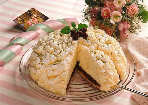 Brombeer-Sahne-Torte mit Flöckchen aus gewürfeltem Rezept