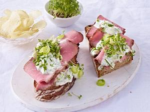 Brot mit Roastbeef, Sauce tatare, Kartoffelchips, Kresse Rezept