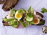 Brot mit Schweinebraten, Gurke, Bohnen und Wachteleiern Rezept