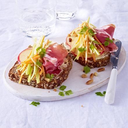 Brot mit Waldorfsalat, Schinken und Pinienkernen Rezept