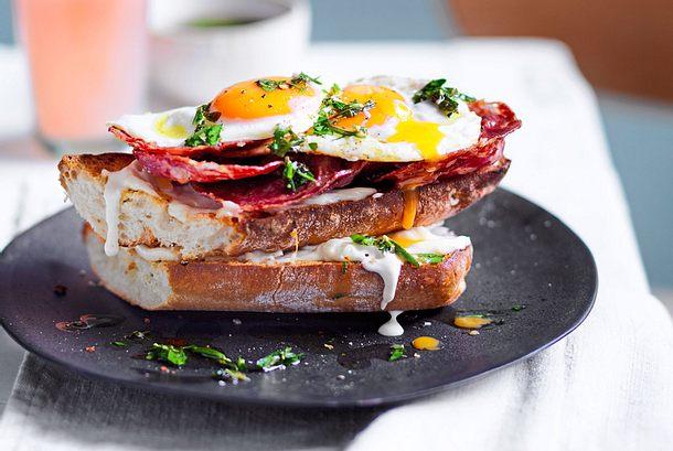 Brot-Upcycling: Spiegelei-Salami-Croque Rezept