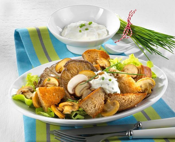 Brotsalat mit Schnittlauchquark Rezept