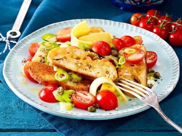 Brotsalat mit Tomaten und Käsestreifen Rezept