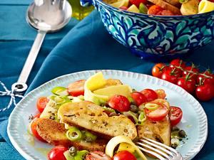 Brotsalat mit Tomaten, Käsestreifen, Kapern und Lauchzwiebelringen Rezept
